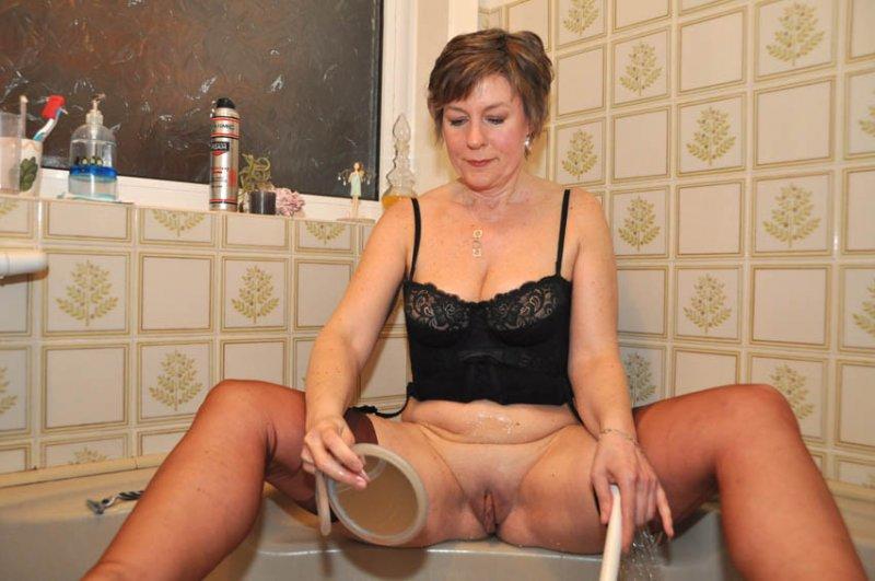 секс зрелая дама бреет свою пизду приметил
